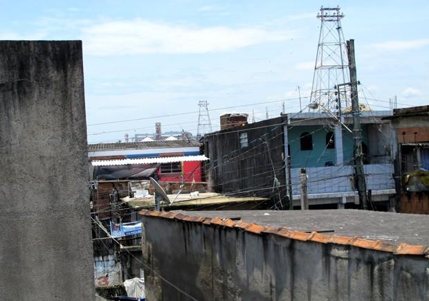 Casa não possui pára-raios. O equipamento mais próximo fica em uma antena distante das casas (Foto: Silvio Muniz/G1)