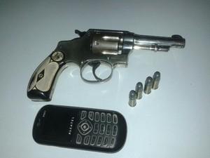 Arma foi encontrada com menor. (Foto: Polícia Militar/Divulgação)