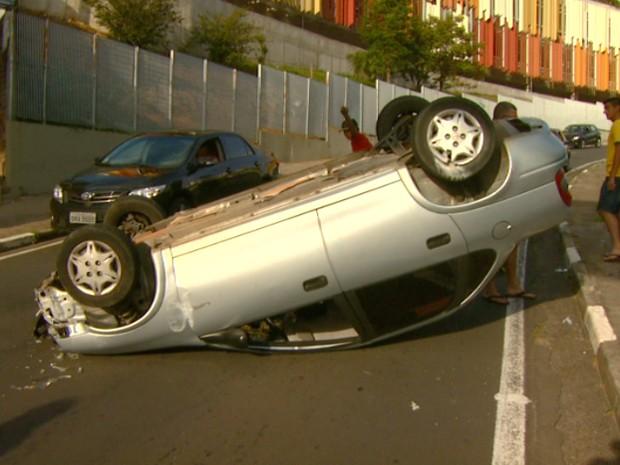 Carro capotou e deixou uma pessoa ferida próximo à universidade em Campinas (Foto: Reprodução/ EPTV)