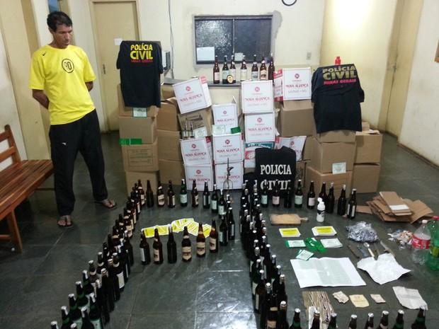 Suspeito foi preso com 600 garrafas falsificadas de cachaça em casa. (Foto: Internauta / G1)