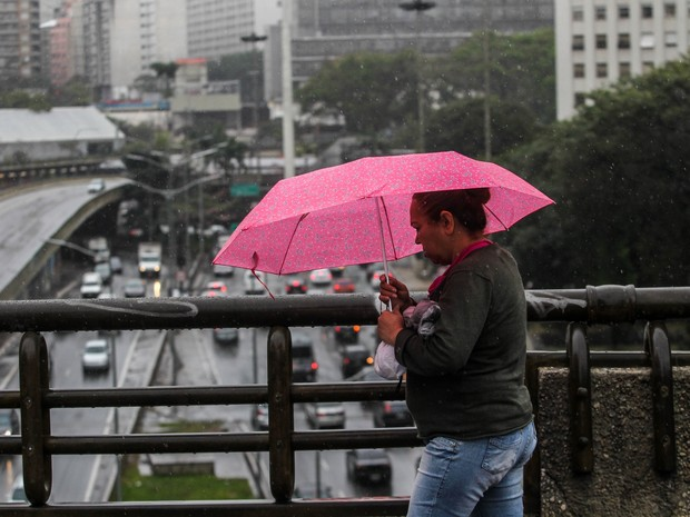 SP - CHUVA/SP - GERAL - Pedestres enfrentam dia de chuva e frio na região central da cidade de São Paulo, nesta quinta-feira (27). (Foto: Rafael Arbex/Estadão Conteúdo)