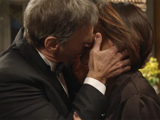Otávio convence a arquiteta e tasca um beijão (Foto: TV Globo)
