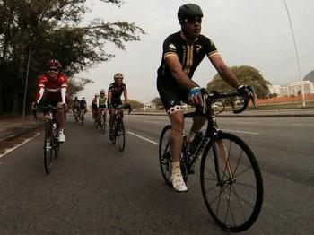 Leonardo Picciani pedalando com grupo de ciclismo de estrada (Foto: Reprodução / Facebook)