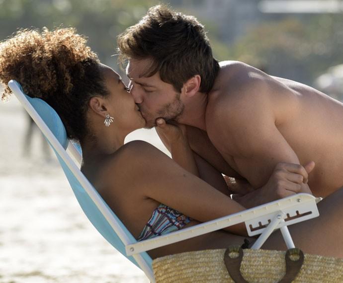 Pedro e Paula ficam no maior chamego na praia (Foto: Raphael Dias/Gshow)