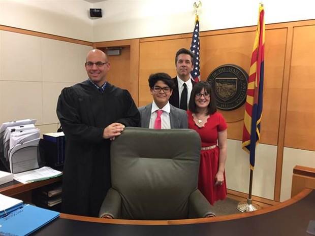 Família e juiz no dia que a adoção foi oficializada (Foto: Reprodução)
