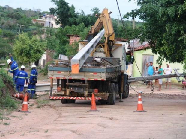 Postes caíram em povoado na zona rural de Retirolândia, na Bahia (Foto: Raimundo Mascarenhas/Calila Notícias)