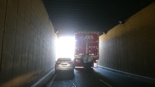 Caminhão ficou sem combustível e acabou parando sob o Viaduto Industrial José Aprígio Vilela, em Maceió (Foto: Cau Rodrigues/G1)