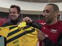 Carlão atende pedido de Serginho e dá camisa com homenagem ao líbero
