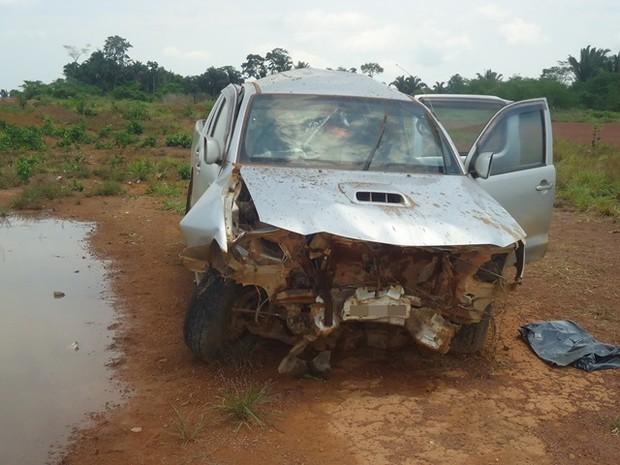 Após capotar, veículo ainda atingiu um barranco perto da rodovia (Foto: Sávio Rosas / Alerta Mamoré)