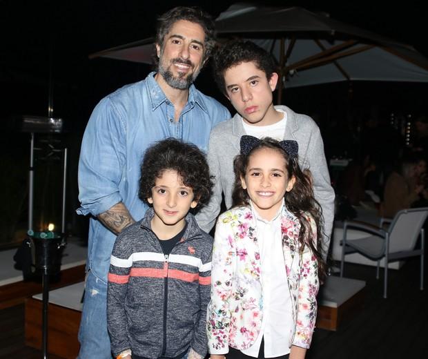 Marcos Mion com os três filhos (Foto: Thiago Duran/AgNews)