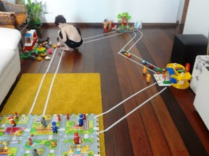 Criança brinca em casa com um dos brinquedos montados pela mãe (Foto: Arquivo pessoal/Nayne Tamy)