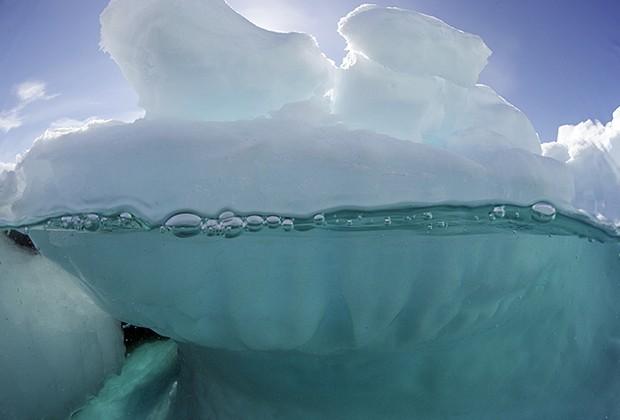 Iceberg fotografado em mergulho subaquático no Ártico (Foto: Divulgação/Daniel Botelho)