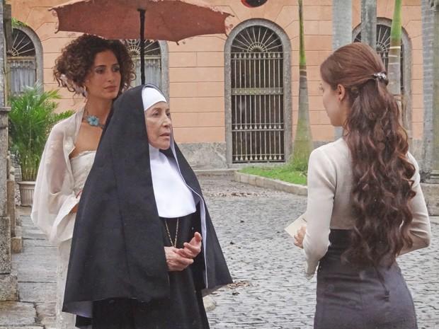 Madre fica chocada ao ver que Laura é amiga de Isabel (Foto: Lado a Lado/TV Globo)