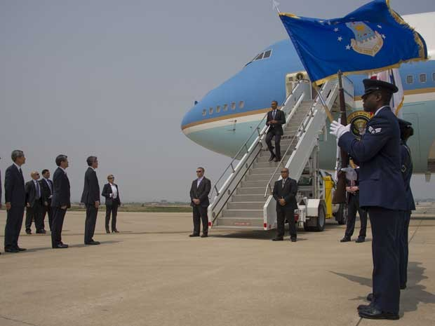 Presidente dos EUA, Barack Obama, desembarca do Air Force One na Base Aérea de Osan, na Coreia do Sul. (Foto: Jim Watson / AFP Photo)