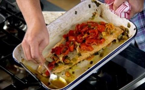 Jamie Oliver ensina a preparar salmão com vegetais