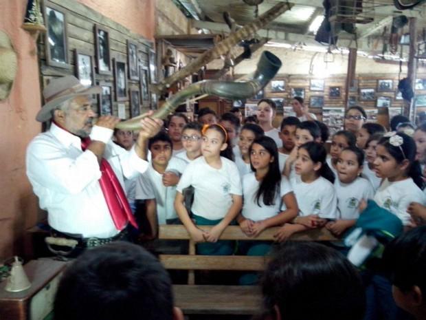 Izael Cruz apresenta a cultura tropeira a estudantes (Foto: Carlos Alberto Soares / TV TEM)