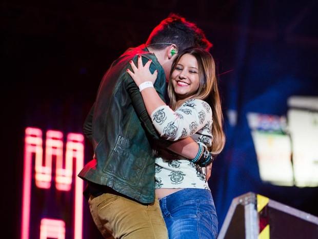 Fã sobe ao palco e abraça Luan Santana na arena de Barretos (Foto: Érico Andrade/G1)