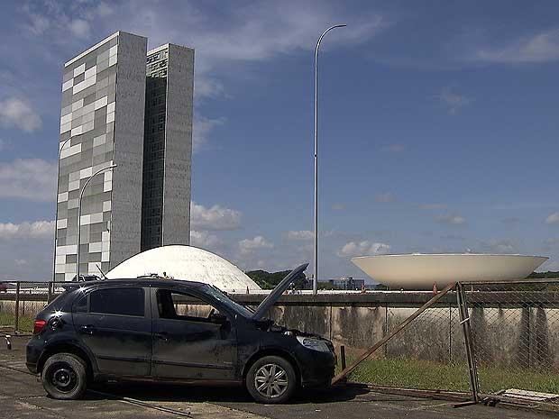 Veíxculo que capotou ao lado do Cogresso Nacional e que caiu sobre teto de anexo do Ministério da Justiça, em Brasília, na manhã deste domingo (11) (Foto: TV Globo/Reprodução)