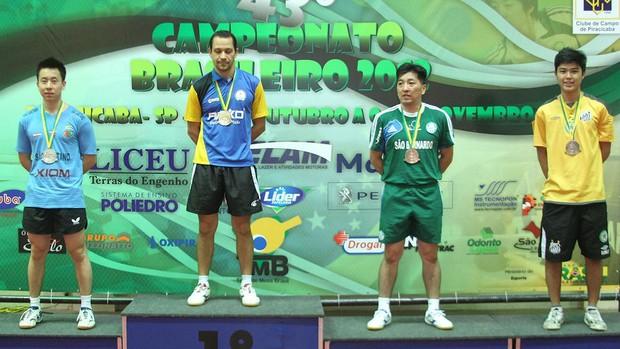 Gustavo Tsuboi, Thiago Monteiro e Hugo Hoyama sobem ao pódio em Piracicaba (Foto: Divulgação/CBTM)