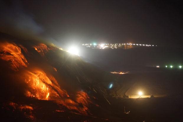 Incêndio em mina de carvão na cidade australiana de Morwell visto nesta terça-feira (25) (Foto: AP)