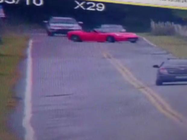 Logo após realizar uma ultrapassagem, o motorista perde o controle do automóvel (Foto: G1)