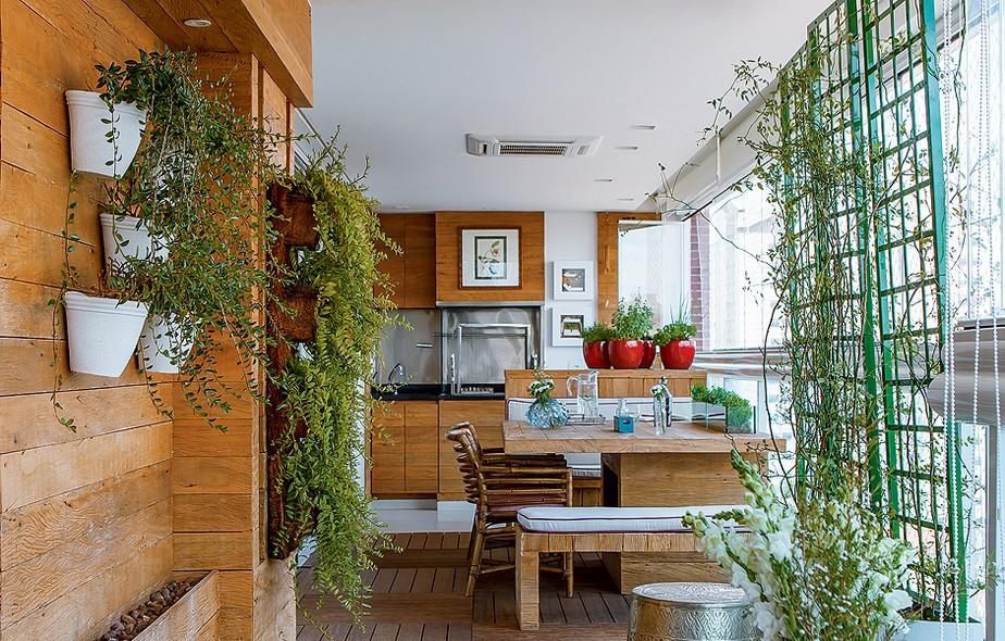 """A designer de interiores Cilene Monteiro Lupi mudou a churrasqueira de alvenaria, entregue pela construtora. """"Para a fumaça não se espalhar, eu a confinei entre painéis de vidro temperado"""", diz. Um furo permite manusear o giragrill do lado de fora"""