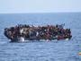 Barco naufraga com 500 migrantes; veja vídeo (Marinha italiana/Divulgação via Reuters)