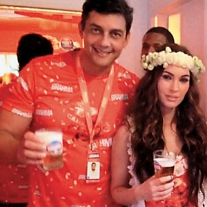 """DESCANSO  Marcelo Fiche com a atriz Megan Fox, no Carnaval de 2012. Oficialmente, ele tirou férias – """"para poder se defender"""" (Foto: Reprodução)"""