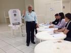 Candidato ao governo de SC, Elpídio Neves vota em igreja de Florianópolis