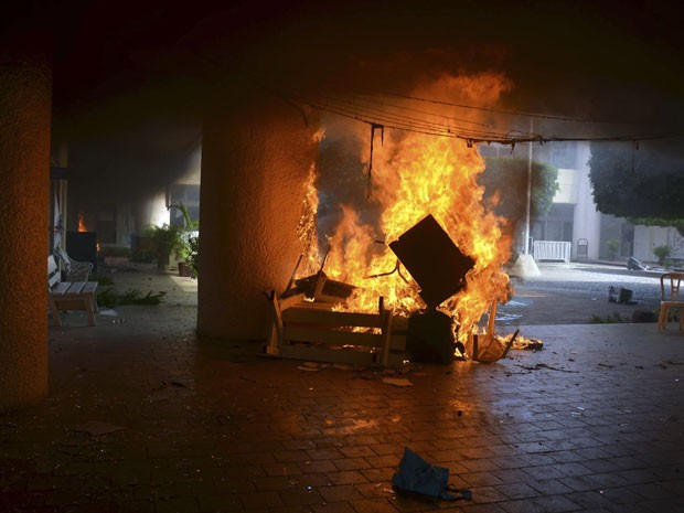 Móveis são queimados por manifestantes na prefeitura de Iguala, no México (Foto: AP Photo/Alejandrino Gonzalez)