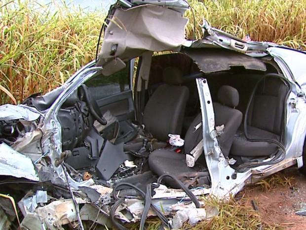 Batida entre carro e caminhão mata motorista em rodovia de Brotas (Foto: Reginaldo dos Santos/EPTV)