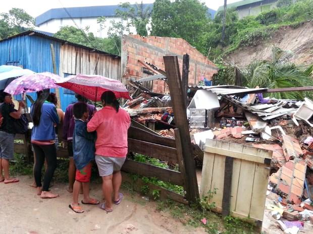 Deslizamentos de terra deixam mortos em Manaus durante chuva (Foto: Rickardo Marques/G1 AM)