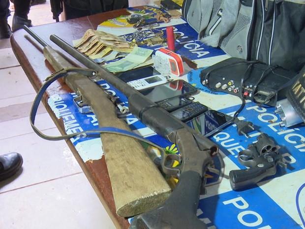 Armas que estavam com o grupo foram apreendidas pela PM (Foto: Rede Amazônica/ Reprodução)
