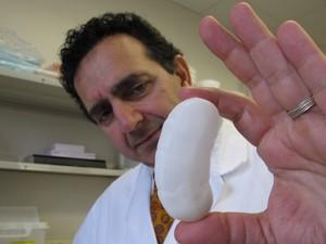 Pesquisador segura molde em miniatura de rim humano criado com impressora 3D em um laboratório (Foto: Allen Breed/AP)