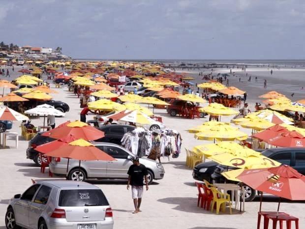 São 20 quilômetros de praia que servem de estacionamento para os visitantes  (Foto: Foto: Ary Souza/O Liberal)