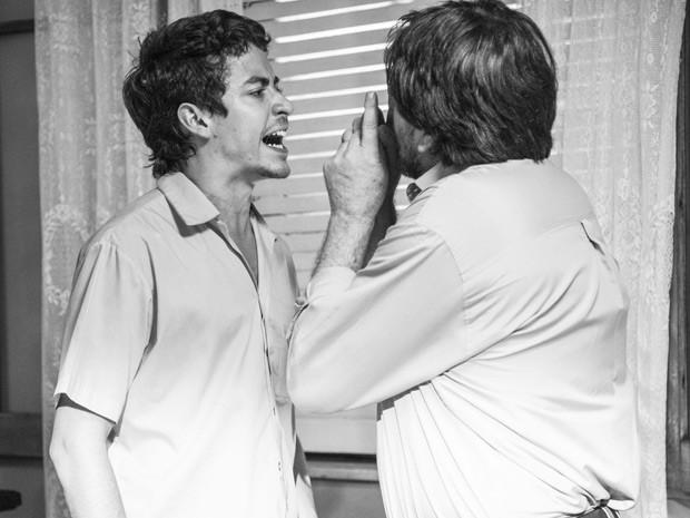 Miguel briga com o pai (Foto: Raphael Dias / Gshow)