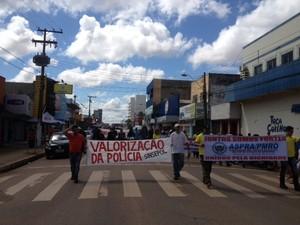 Policiais civis e militares realizam passeata por ruas de Porto Velho, RO (Foto: Gaia Quiquiô/G1)