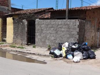 Lixo domiciliar é colocado em sacos plásticos e recolhido por caminhões (Foto: Luna Markman/ G1)