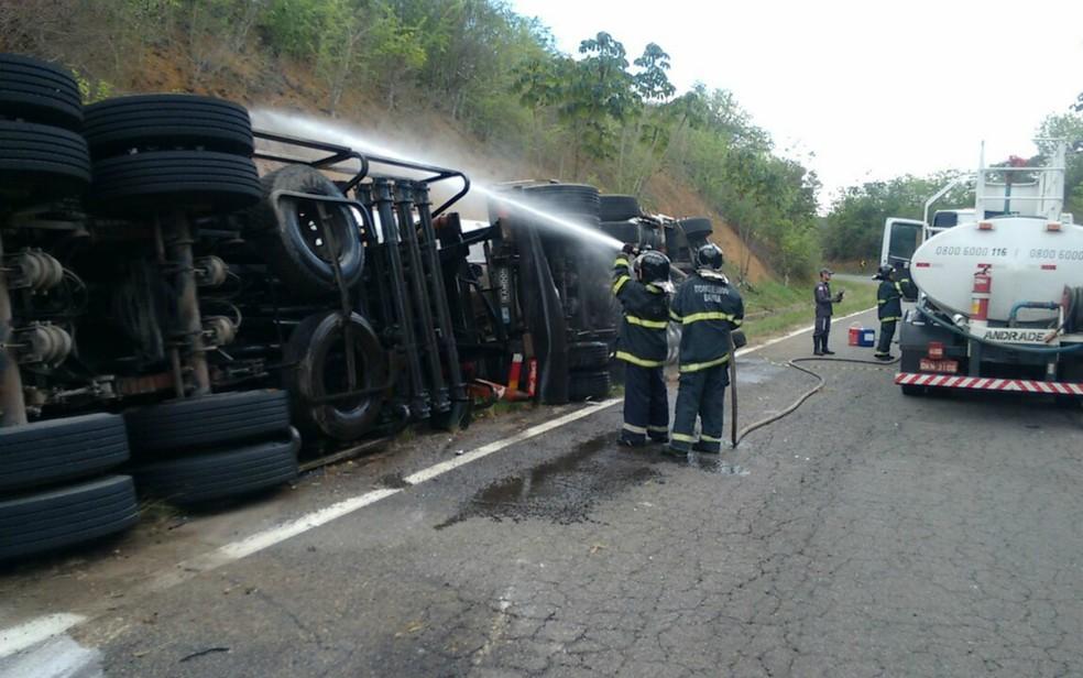Equipe dos bombeiros precisou fazer o resfriamento da carreta, que transportava carga de óleo diesel (Foto: Divulgação/Corpo de Bombeiros)
