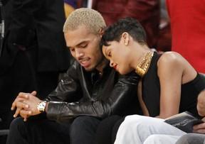 Chris Brown e Rihanna assistem a jogo de basquete (Foto: Reuters)