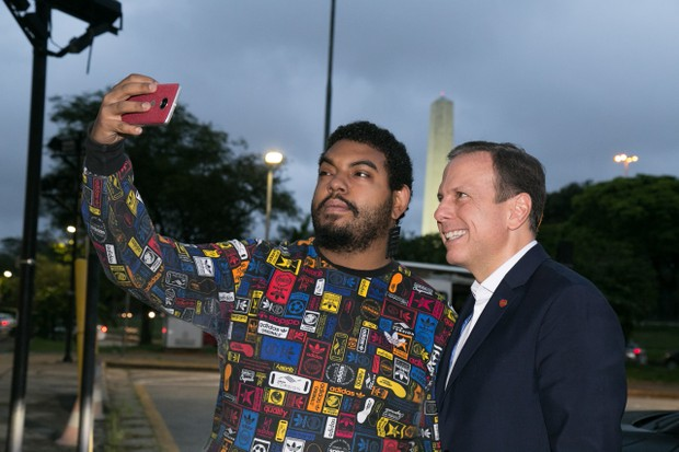 João Dória tira fotos com fãs (Foto: Deividi Correa  / AgNews)
