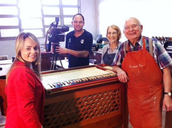 Repórter e cinegrafista com o casal de alemães Georg Jann e Gerhild Jaan, que moram em Blumenau desde 2006 (Foto: Divulgação/RBS TV)