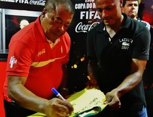 Catanha ganha camisa autografada por Jairzinho (Foto: Paulo Victor Malta/GloboEsporte.com)