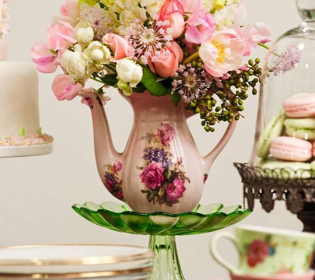 Crie um arranjo para uma festa de casamento ou aniversário com um bule de café vintage. Misture diferentes tipos de flores – as artificiais também valem – para dar volume ao enfeite.  (Foto: Ricardo Corrêa/Editora Globo)