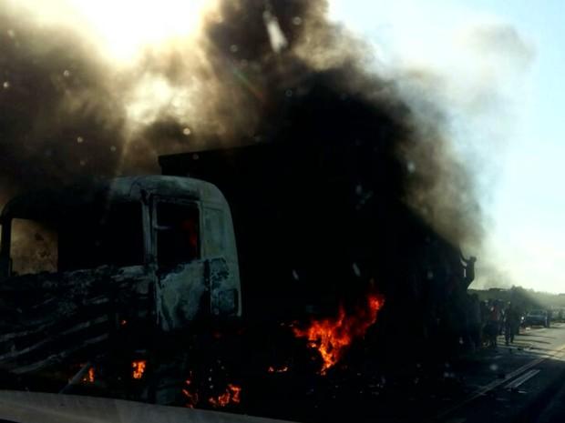 Caminhão estava passando pelo o município de Matões do Norte quando foi tomado pelas as chamas (Foto: Reprodução/TV Mirante)