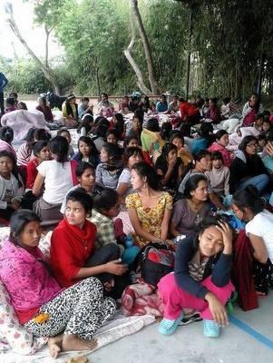 Crianças atendidas por voluntária brasileira acampadas no Nepal após terremoto (Foto: Loani Rossi/Arquivo pessoal)