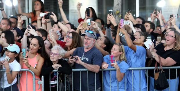 Mulher aparece sem câmera em Brookline, nos EUA, durante pré-estreia de 'Aliança do Crime' ('Black Mass'), estrelado por Johnny Depp (Foto: John Blanding/The Boston Globe/Getty Images)