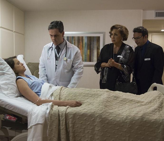 Camila acorda do coma e deixa os pais preocupados (Foto: Ellen Soares/Gshow)