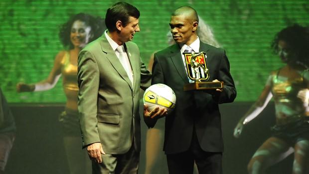 Oziel, do Guarani, recebe prêmio da FPF (Foto: Marcos Ribolli / Globoesporte.com)