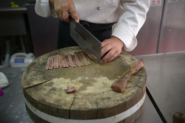 Segundo o chef  Xiao Shan, comida preparada com pênis de animais aumenta a libido (Foto: Wang Zhao/AFP)